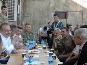 Derecik'te Köylüler Askerlerle Bayramlaştı