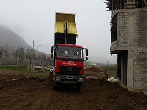 Çamurlu Yollar Belediye Tarafından Kumlanıyor