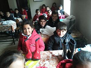 TOÇEV'den Derecik'teki bazı okullara yardım