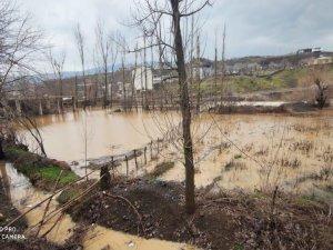 Derecik İlçesi Merkez  ve Çevre Köyleri Şiddetli Yağmur ve Sert Esen Rüzgara Teslim Oldu