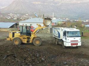 Derecik Belediyesi Orta  Mahallede (gürmeşe) zemin güçlendirme ve kumlama çalışmalarına başladı