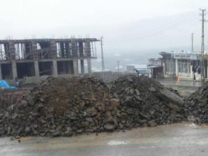 Derecik Belediyesi çarşı merkezde çamurlu bölgelerde kumlama çalışması yaptı