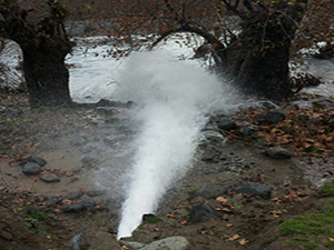 Derecik  Belediyesi  patlayan içme suyu  ana şebekesi arızasını giderdi