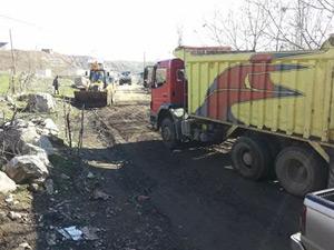 Derecik Belediyesi Umurlu Köyünün yollarını kumlamaya başladı