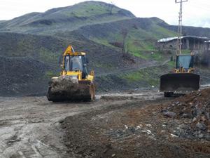 Derecik Belediyesi Rubarok'ta yol kumlama çalışmalarına başladı